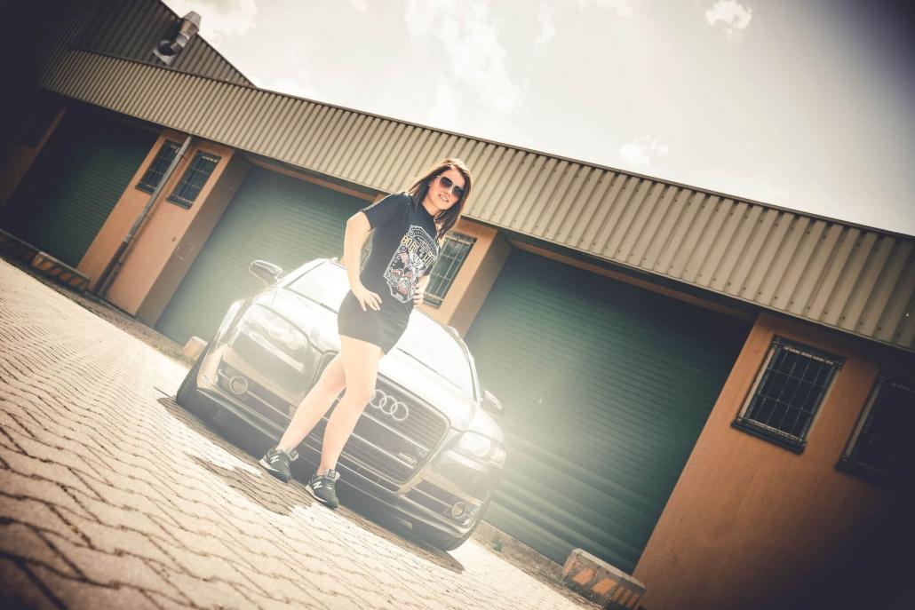 Frau mit Auto und Sonnenbrille