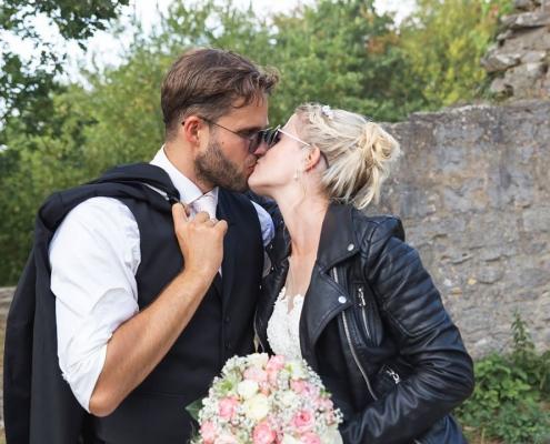 Brautpaar mit Sonnenbrillen
